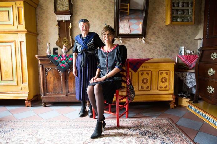 Kamerlid Carla Dik-Faber poseert samen met Jentje Bonte-Hulst (84) in een monumentale Staphorster boerderij.