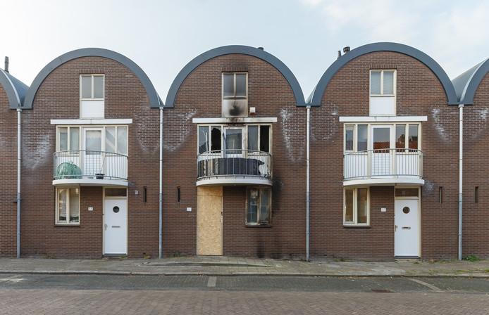 De schade aan de woning na de brand in de Berkumstraat.