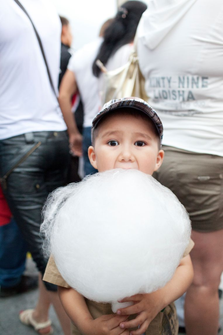 Suikerspinnen op de gemeenschappelijke verjaardag van president Nazarbayev en Astana. Beeld null