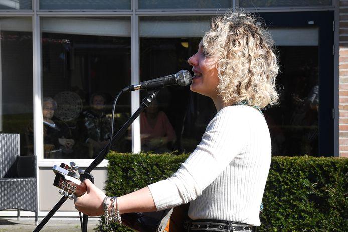 Karlijn Nijkamp zingt voor de ouderen van zorgcentrum Madeleine.