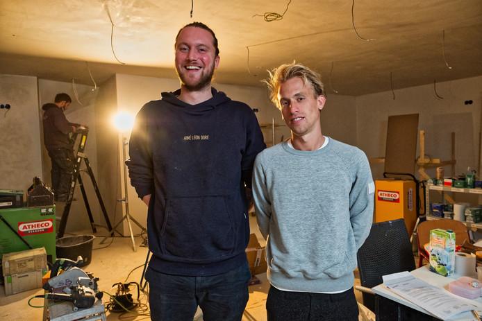 De verbouwing van het café-pand is nog in volle gang. Maarten de Vries (links) en Martin Lucas Ruben willen op 15 december de deuren van hun Bar Broker openen.