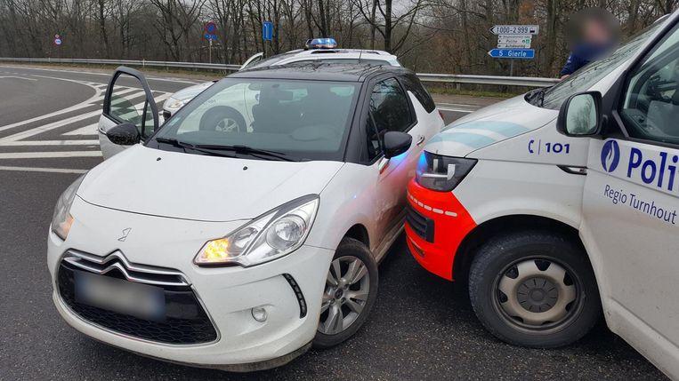 De auto van de vermoedelijke inbrekers werd diezelfde dag nog na een achtervolging klemgereden op de Steenweg op Gierle in Turnhout.