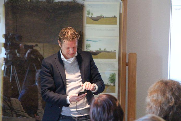 Ontwikkelaar Bert Roeterdink doet een poging om als eerste de app Winvred aan genodigden te tonen.