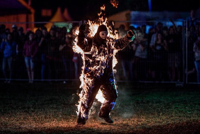 Chuck Borden staat in lichter;laaie. De stuntman stak met deze vlammen het kampvuur aan.