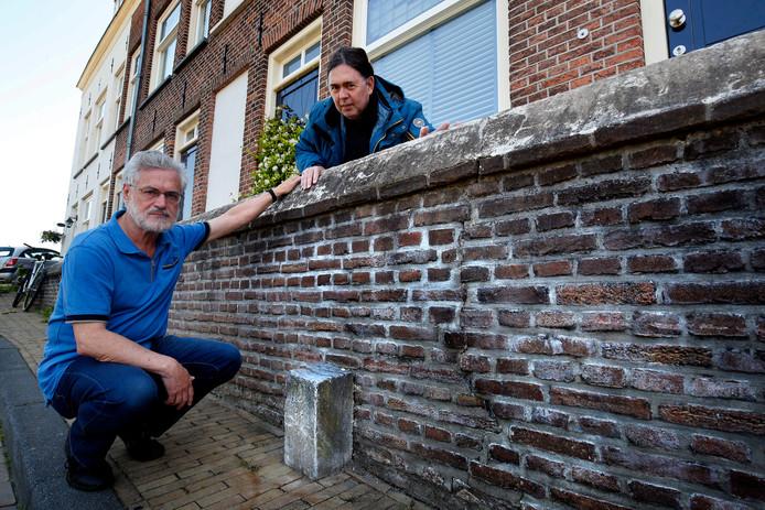 Joop Kuijntjes (links) en Arie Saakes bij het oorlogspaaltje op de Bagijnenwal in Gorinchem.