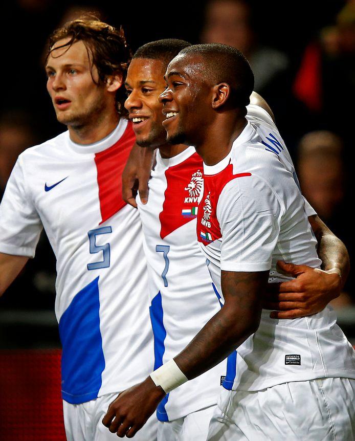 Ola John en Daley Blind feliciteren Jeremain Lens met de goal.