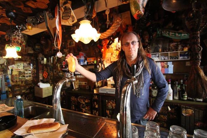 Jac van Dongen achter de tap van café De Klomp in Etten-Leur.