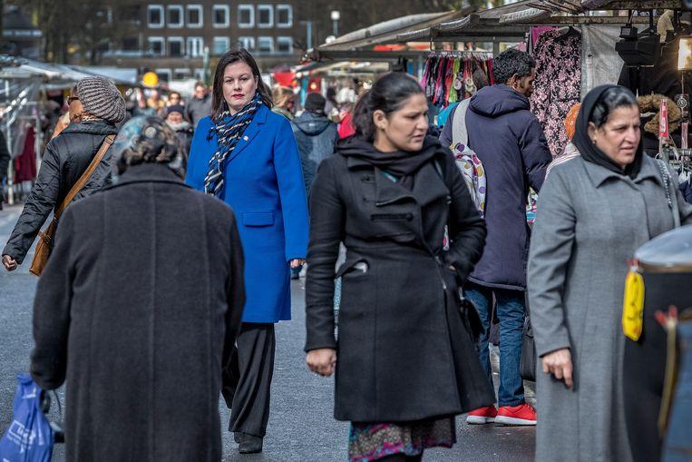 Annabel Nanninga voert campagne op de Dappermarkt in Amsterdam. Beeld Patrick Post