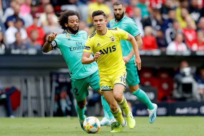 Ferdi Kadioglu voor Fenerbahce in duel met Marcelo van Real Madrid.