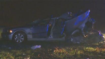 Bestuurder (25) rijdt zijn twee inzittenden (18 en 20) dood en vlucht met gestopte wagen: zijn rijbewijs werd uur eerder ingetrokken na positieve alcoholcontrole