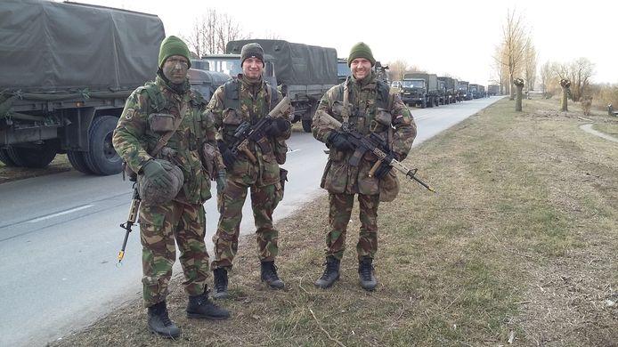 Officieren in opleiding bezig met hun eindoefening. Wel even wachten voor het pontje in Wijhe.