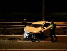 Auto knalt op vangrail op A50, twee rijstroken tijdelijk afgesloten