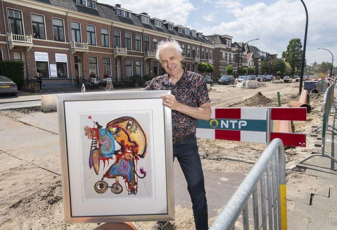 Godfried van Oostrom met een werk van Jan te Wierik op de opgebroken Deldenerstraat.