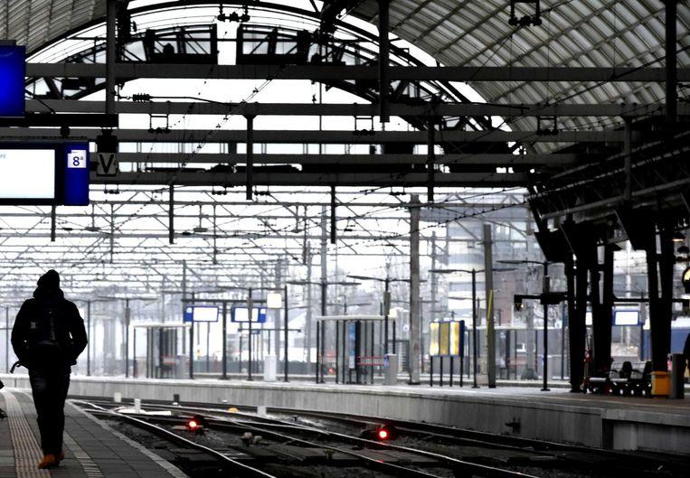 Een leeg perron op het treinstation van Amsterdam.