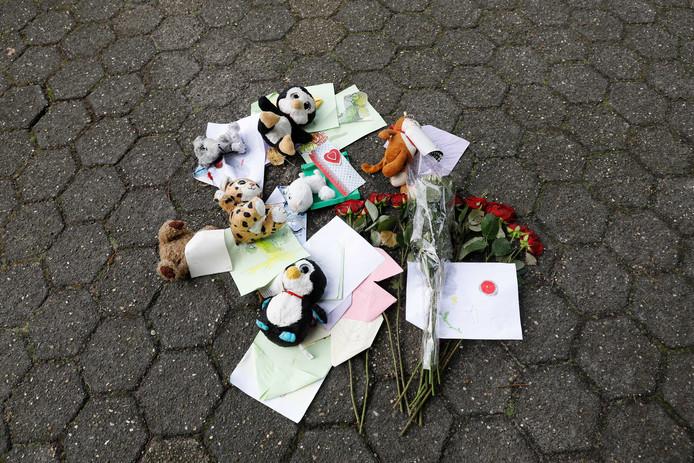 Bloemen, knuffels en kaarten voor de kinderen die betrokken waren bij het ongeluk