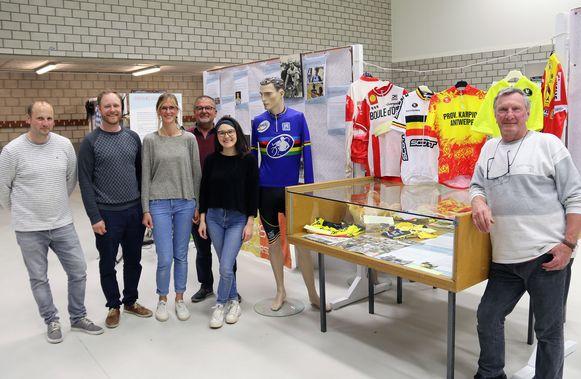 Jeroen Janssens, Kobe Vercauteren, Sofie Vervoort, Paul Laeremans, Charlotte Baert & Guido Boeckmans zetten hun beste beentje voor tijdens de voorbereiding van de sporttentoonstelling