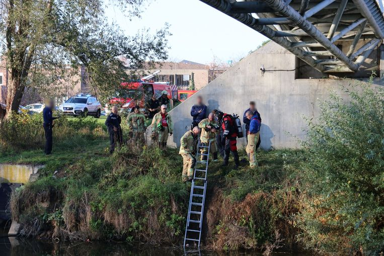 De brandweer en politie kwamen ook snel ter plaatse om de man uit het water te redden.