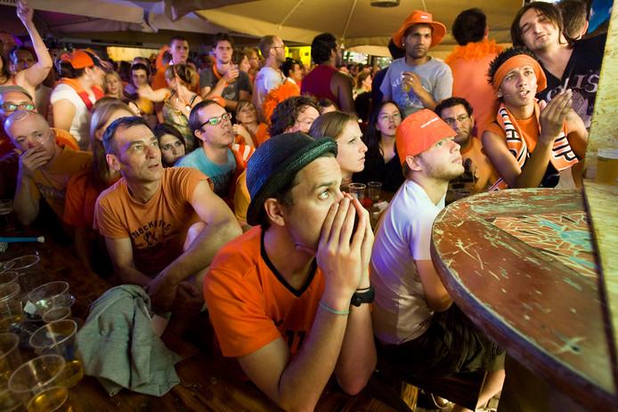 Amsterdam;Nederland;AMSTERDAM  Nederlandse voetbalfans treuren zondag in een cafe op het Thorbeckeplein in Amsterdam na de WK-finale tussen Nederland en Spanje.