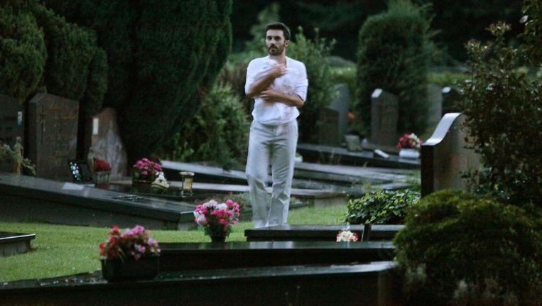 Een danser in Q61 Cemetery van choreografe Ann Van den Broek. Beeld Sanne Peper