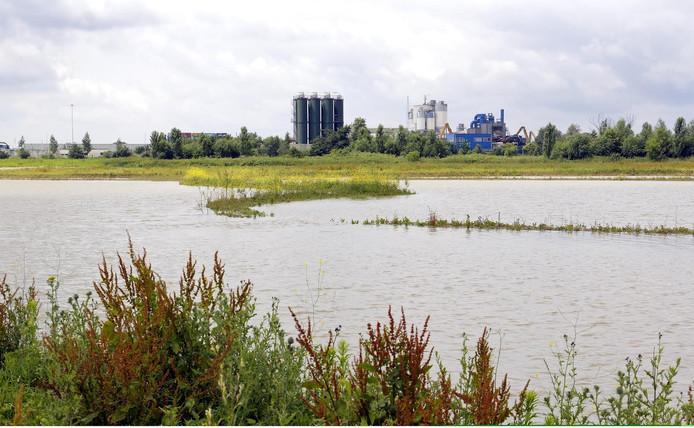 De Ertveldpolder, met het nieuwe beekdal, ligt pal naast industrieterrein De Rietvelden.