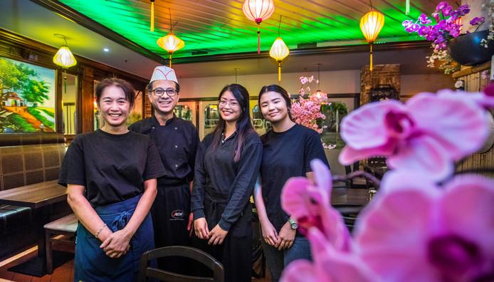 Bonjour Vietnam: V.l.n.r. Jilly, chef Luu, Virginia en Lu Lan.