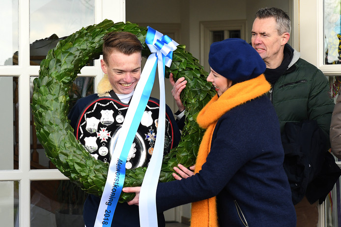 Gijs Snijders is voor de 2e maal koning. Hier krijgt hij de bijbehorende prijzen uitgereikt.
