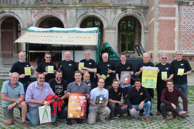 'T Genootschap 'T hovaardig boerke verzamelt 10 kleine brouwerijtjes uit de buurt met hun biertjes aan de Markizaatruïne.