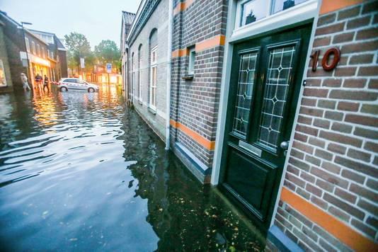 Het water stond in de Gemertse Molenstraat tot boven de deurpost.