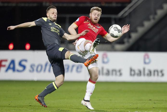 AZ-speler Fredrik Midtsjø in duel met Bart Ramselaar