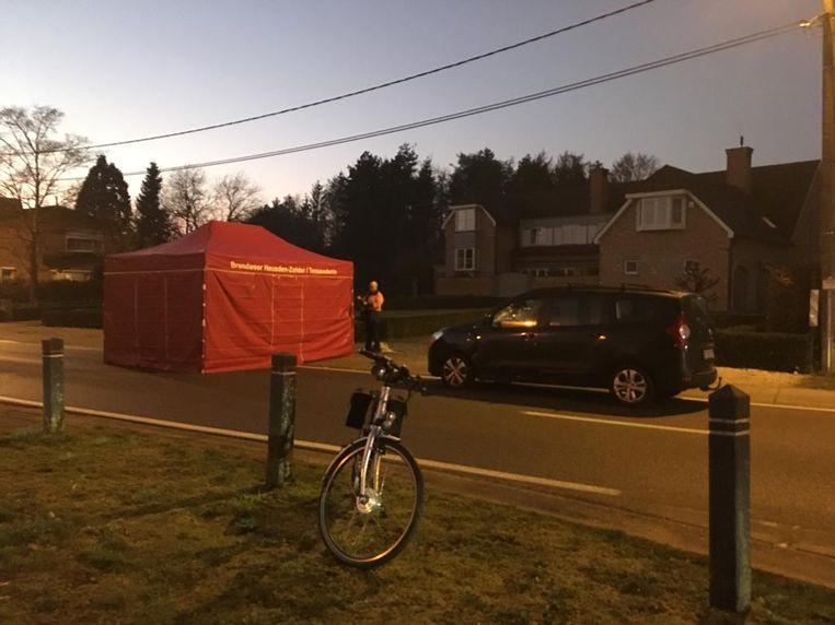 Op de plaats van het ongeval werd een rode tent opgetrokken.