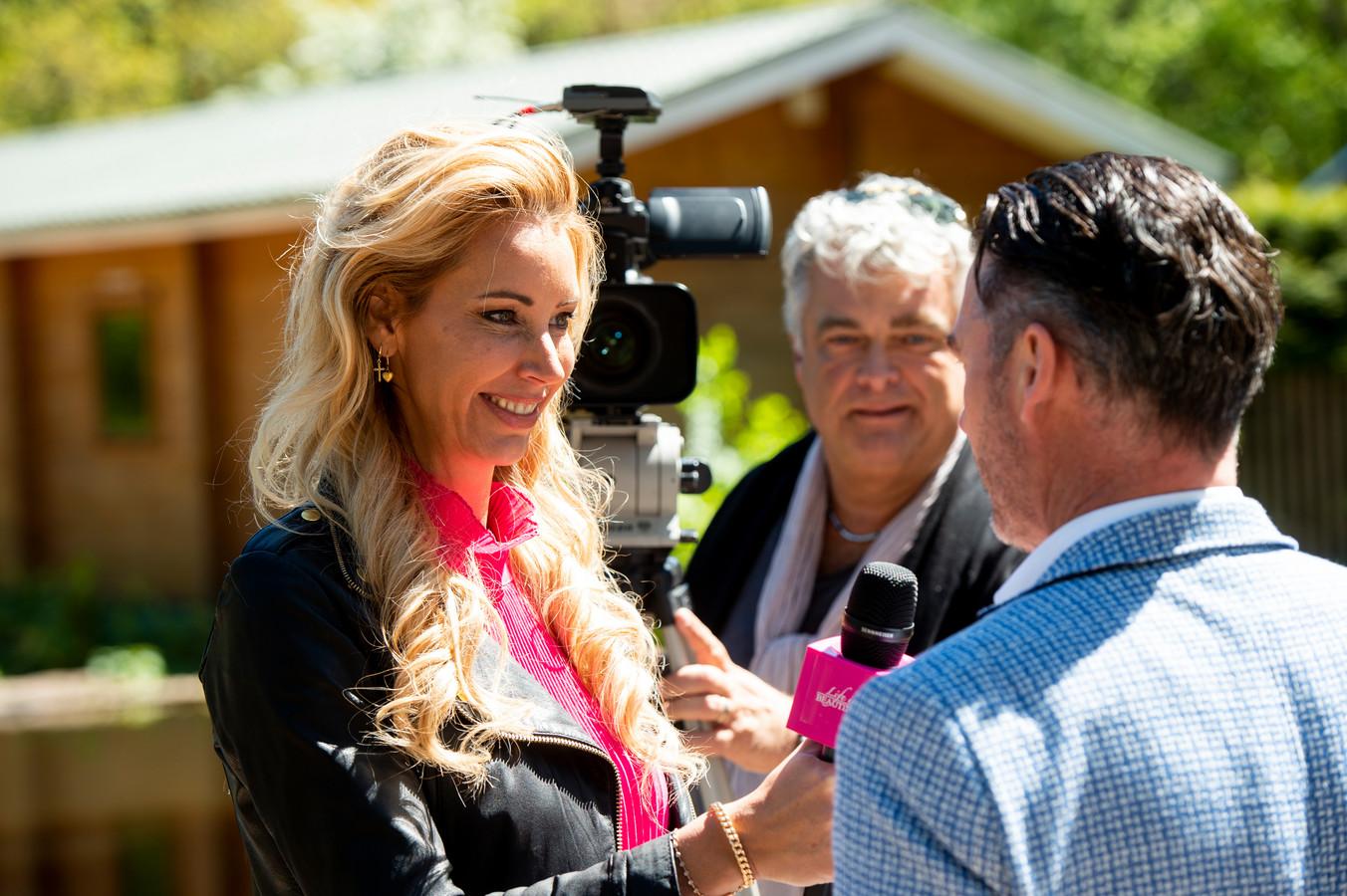 Carolien ter Linden aan het werk voor Life is Beautyful. Ze is in gesprek met Rodney de Haas, die op De Rimboe en De Woeste Hoogte in Hoenderloo recreatiebungalows in de verkoop heeft.