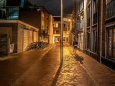 Lantaarnpaal midden op straat in Kromme Elleboogsteeg in Arnhem