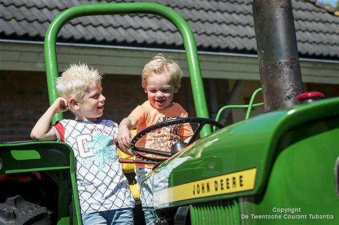 Stoer achter het stuur van een tractor, het kan op de Boer'nmarkt in Vriezenveen.