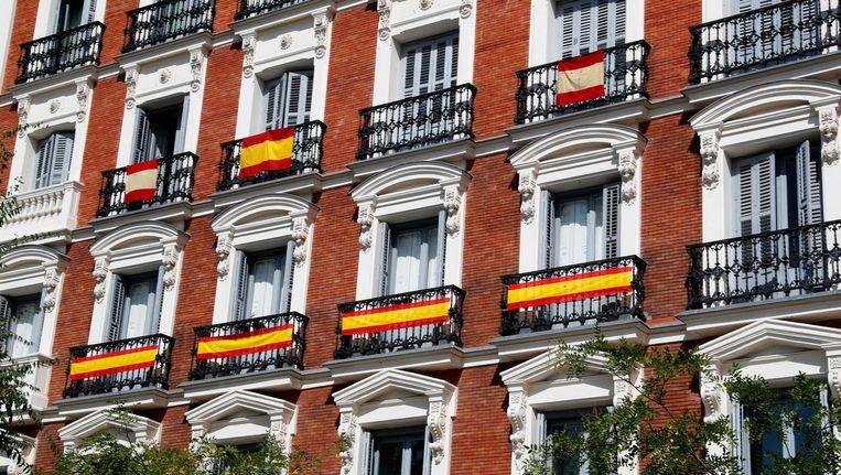 Spaanse vlaggen aan de balkons in Madrid. Beeld epa