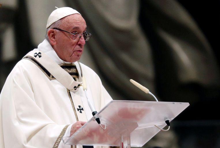 De Paus leidt de kerstnachtmis in de Sint-Pieter in Rome.