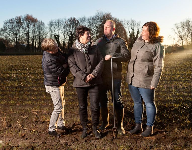Geke Veldwachter, Hanny Biemolt, André Olden en Sandra Willemink (vlnr) zijn actief in het dorpsleven van het Overijsselse dorp Beeld Hanne van der Woude