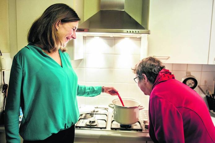 Wilma Rensen (rechts) verheugt zich op een maaltijd van Ineke Lenssen. foto Koen Verheijden