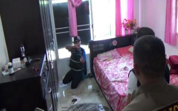 Het 67-jarige slachtoffer lag dood op een roze matras toen de politie hem vond.