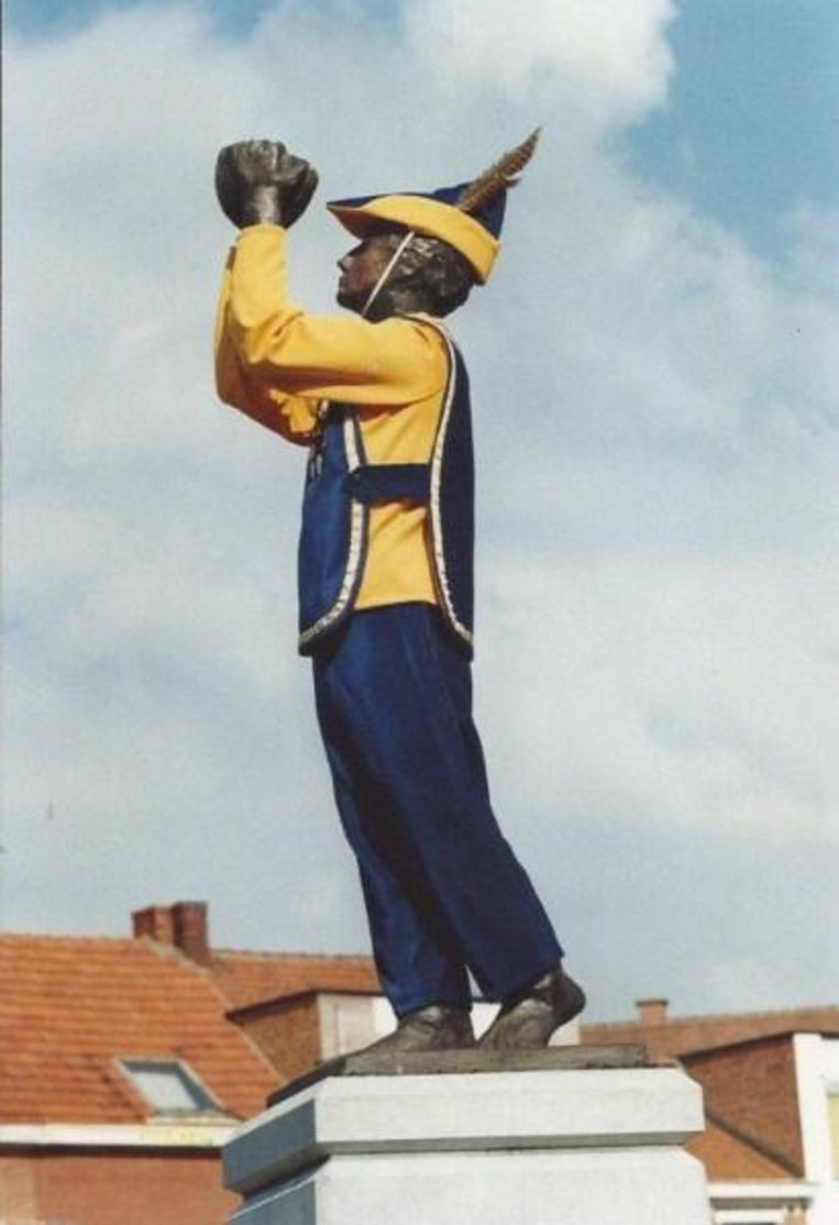 Het beeldje in zijn allereerste op maat gemaakte uniform.