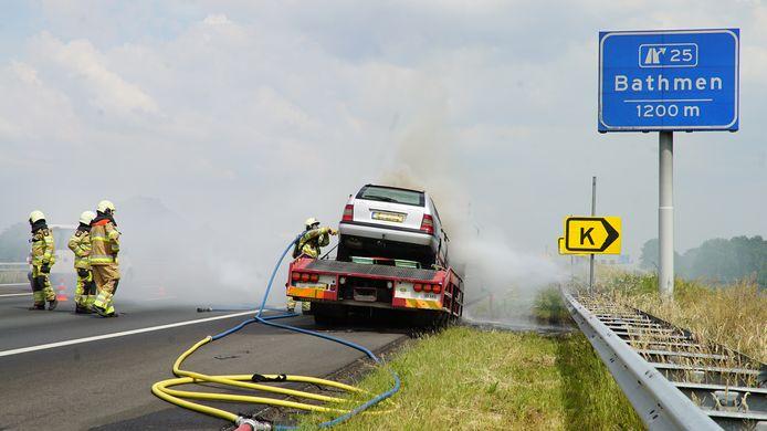 Een sleepwagen en de daarop geparkeerde auto stonden stonden woensdagmiddag en brand en zorgden al snel voor zes kilometer file op de A1 tussen Deventer en Bathmen.