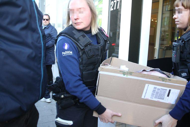 De politie neemt een doos en enkele bokalen met cannabis in beslag.