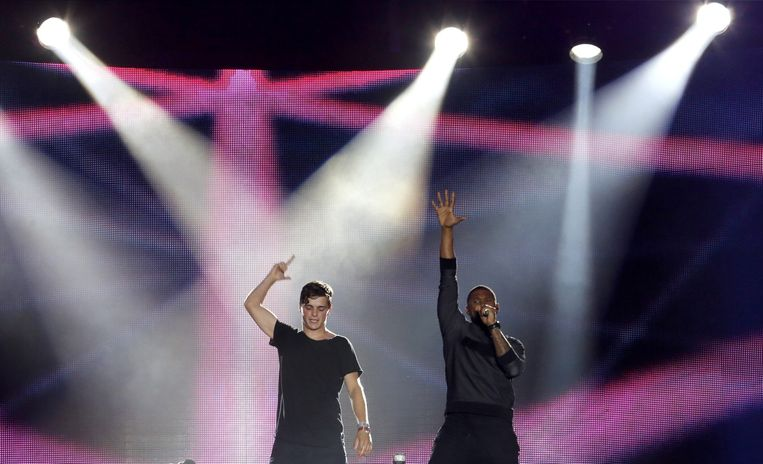 Martin Garrix tijdens een optreden met de Amerikaanse muzikant Usher. Beeld anp