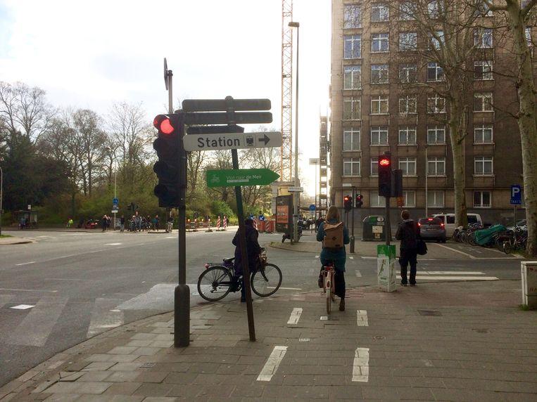 Op sommige plaatsen kun je al rechtsaf vóór het rood, zoals hier aan het kruispunt van de Quellinstraat met de Maria-Theresialei.