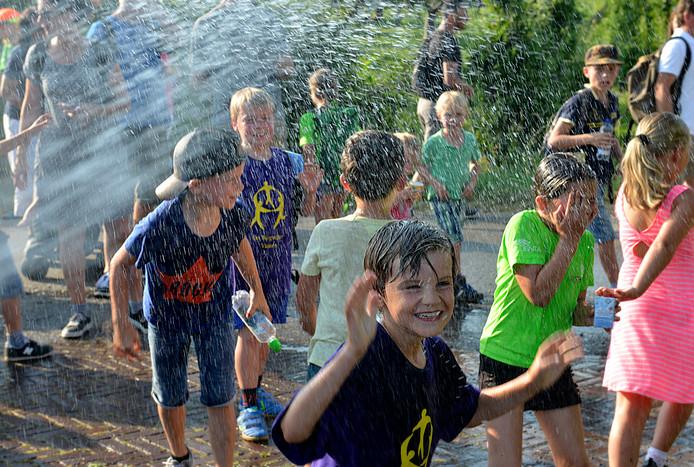 De kinderen genoten van de frisse douche