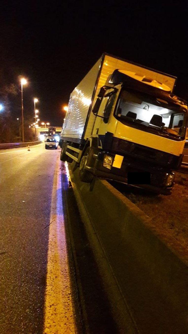 De vrachtwagen kwam op de middenberm terecht.