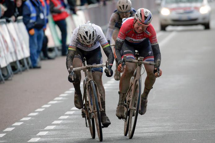 Marta Bastianelli troeft Chantal Blaak in de sprint af.