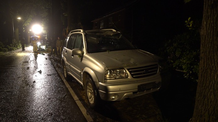 De schade aan de auto in Lettele.