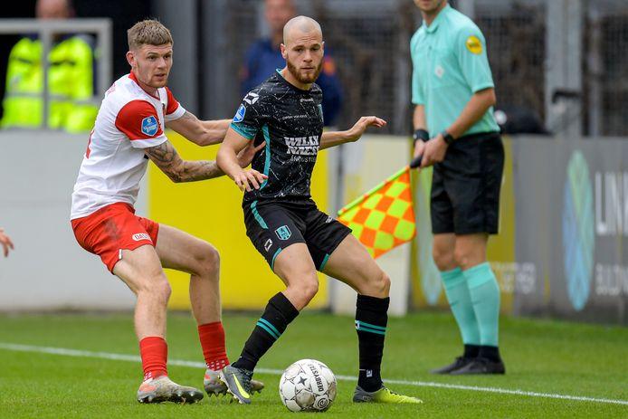 De laatste competitiewedstrijd van James Efmorfidis (rechts, in duel met Django Warmerdam) dateert van 27 september, uit bij FC Utrecht (3-1).