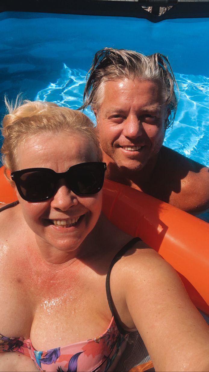Hanneke en Ron genieten van het zwembad in de tuin.