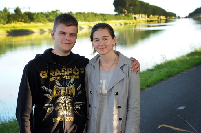 Thomas en Nina bij de plek waar ze de blinde man uit het kanaal haalden
